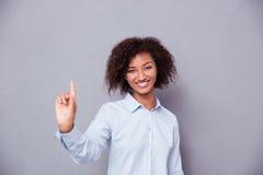 Αμερικανική επιχειρηματίας Afro που δείχνει το δάχτυλο επάνω Στοκ Εικόνα