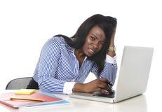 Αμερικανική ματαιωμένη έθνος γυναίκα μαύρων Αφρικανών που εργάζεται στην πίεση στο γραφείο Στοκ φωτογραφίες με δικαίωμα ελεύθερης χρήσης