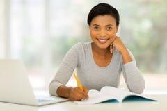 αμερικανική μελέτη γυναικών afro στοκ εικόνες