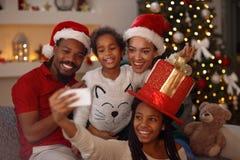 Αμερικανική οικογένεια afro Χριστουγέννων καλή που κάνει selfie Στοκ φωτογραφία με δικαίωμα ελεύθερης χρήσης