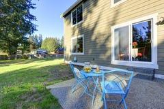 Αμερικανική πίσω αυλή σπιτιών Μπλε επιτραπέζιο σύνολο patio μετάλλων Στοκ Εικόνες