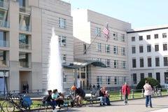 Αμερικανική πρεσβεία Βερολίνο με τους ανθρώπους στοκ φωτογραφία με δικαίωμα ελεύθερης χρήσης