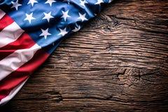 αμερικανική σημαία Αμερικανική σημαία στον αγροτικό δρύινο πίνακα διαγώνια Στοκ φωτογραφία με δικαίωμα ελεύθερης χρήσης