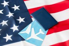 Αμερικανική σημαία, διαβατήριο και αεροπορικά εισιτήρια στοκ φωτογραφίες με δικαίωμα ελεύθερης χρήσης