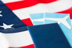 Αμερικανική σημαία, διαβατήριο και αεροπορικά εισιτήρια στοκ εικόνα με δικαίωμα ελεύθερης χρήσης