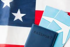 Αμερικανική σημαία, διαβατήριο και αεροπορικά εισιτήρια στοκ εικόνα