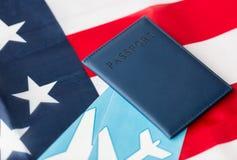 Αμερικανική σημαία, διαβατήριο και αεροπορικά εισιτήρια στοκ εικόνες με δικαίωμα ελεύθερης χρήσης