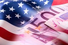 Αμερικανική σημαία και ευρο- τραπεζογραμμάτια Αμερικανική σημαία και ευρο- χρήματα Στοκ Εικόνα