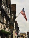 Αμερικανική σημαία και κατά το ήμισυ εφοδιασμένα με ξύλα σπίτια, stratford-επάνω-Avon, Eng Στοκ Εικόνες