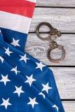Αμερικανική σημαία και χειροπέδες, τοπ άποψη Στοκ εικόνα με δικαίωμα ελεύθερης χρήσης