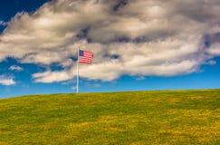 Αμερικανική σημαία και λόφος στο πάρκο του Ουίλιαμς οχυρών, ακρωτήριο Elizabeth, μΑ Στοκ εικόνα με δικαίωμα ελεύθερης χρήσης