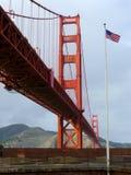Αμερικανική σημαία κοντά στη χρυσή γέφυρα πυλών Στοκ εικόνες με δικαίωμα ελεύθερης χρήσης