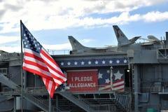 Αμερικανική σημαία με την υποχρέωση της υποταγής στοκ εικόνα με δικαίωμα ελεύθερης χρήσης