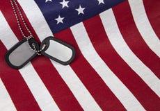 Αμερικανική σημαία με τις ετικέττες σκυλιών στοκ φωτογραφίες