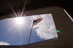Αμερικανική σημαία που αντιμετωπίζεται από το μνημείο USS Αριζόνα στοκ εικόνες