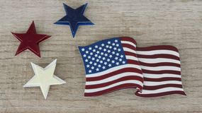 Αμερικανική σημαία που βάζει το επίπεδο σε ένα παρμένο ξύλινο υπόβαθρο στοκ εικόνα
