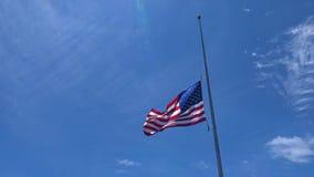 Αμερικανική σημαία που κυματίζει ενάντια στο μπλε ουρανό φιλμ μικρού μήκους