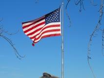 Αμερικανική σημαία που κυματίζει στον ουρανό Στοκ Φωτογραφίες