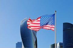 Αμερικανική σημαία που κυματίζει στο κοντάρι σημαίας στα πλαίσια της πόλης της Μόσχας στοκ εικόνες με δικαίωμα ελεύθερης χρήσης