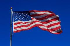 Αμερικανική σημαία που κυματίζει στο σαφή ουρανό στοκ φωτογραφίες με δικαίωμα ελεύθερης χρήσης