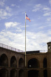 Αμερικανική σημαία που πετά στο σημείο οχυρών Στοκ εικόνες με δικαίωμα ελεύθερης χρήσης