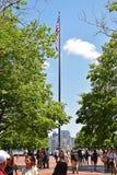 Αμερικανική σημαία σε έναν πολύ ψηλό πόλο στο νησί ελευθερίας στοκ εικόνες