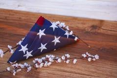 Αμερικανική σημαία σε ένα ξύλινο υπόβαθρο για τη ημέρα μνήμης και άλλε στοκ εικόνα
