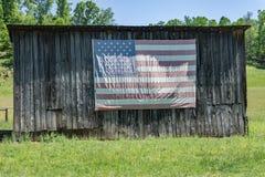 Αμερικανική σημαία σε μια παλαιά σιταποθήκη στοκ εικόνα με δικαίωμα ελεύθερης χρήσης