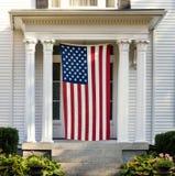 Αμερικανική σημαία στην πόρτα του σπιτιού της Νέας Αγγλίας στοκ εικόνα με δικαίωμα ελεύθερης χρήσης
