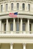 Αμερικανική σημαία στο θόλο του Ηνωμένου Capitol κτηρίου Στοκ φωτογραφία με δικαίωμα ελεύθερης χρήσης