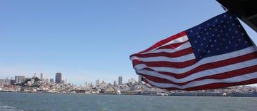 Αμερικανική σημαία στο κέντρο της πόλης Σαν Φρανσίσκο με τη βάρκα Στοκ εικόνες με δικαίωμα ελεύθερης χρήσης