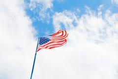 Αμερικανική σημαία στο νεφελώδη ουρανό Στοκ Εικόνα