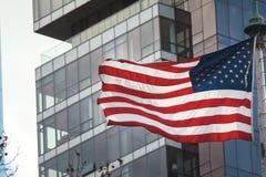 Αμερικανική σημαία στο υπόβαθρο του κτηρίου γυαλιού Στοκ Φωτογραφίες
