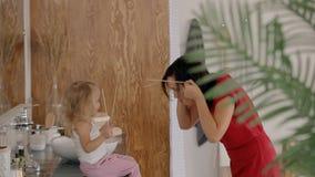 Αμερικανική σύγχρονη οικογένεια που έχει τη διασκέδαση μαζί, απόλαυση, που παίζει στο δωμάτιο απόθεμα βίντεο