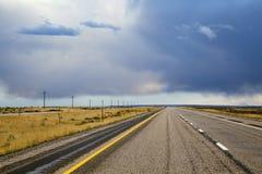 Αμερικανική midwest κενή εθνική οδός κάτω από το δραματικό ουρανό στοκ εικόνες