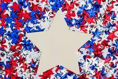 ΑΜΕΡΙΚΑΝΙΚΑ κόκκινα, άσπρα και μπλε αστέρια με το ξύλινο υπόβαθρο αστεριών Στοκ Φωτογραφία