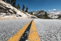 ΑΜΕΡΙΚΑΝΙΚΗ εθνική οδός στο εθνικό πάρκο Yosemite Στοκ Εικόνες