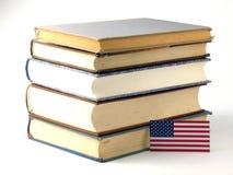 ΑΜΕΡΙΚΑΝΙΚΗ σημαία με το σωρό των βιβλίων στο άσπρο υπόβαθρο Στοκ Φωτογραφίες