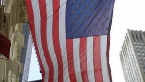 ΑΜΕΡΙΚΑΝΙΚΗ σημαία στην οικοδόμηση απόθεμα βίντεο