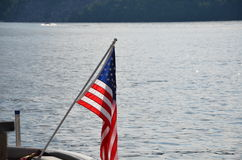 ΑΜΕΡΙΚΑΝΙΚΗ σημαία στη λίμνη στοκ φωτογραφία