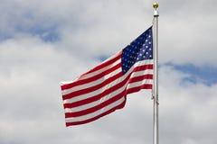 ΑΜΕΡΙΚΑΝΙΚΗ σημαία στον ουρανό. στοκ φωτογραφία