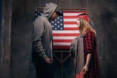 Αμερικανικοί γονείς στη φιλονικία Άνδρας και γυναίκα σε σύγκρουση στοκ εικόνες με δικαίωμα ελεύθερης χρήσης