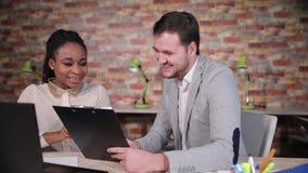 Αμερικανικοί επιχειρηματίας και επιχειρηματίας Afro στην αρχή με την περιοχή αποκομμάτων φιλμ μικρού μήκους