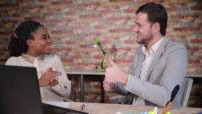Αμερικανικοί επιχειρηματίας και επιχειρηματίας Afro στην αρχή με το computure lap-top φιλμ μικρού μήκους