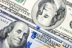 Αμερικανικοί λογαριασμοί εκατό δολαρίων κινηματογραφήσεων σε πρώτο πλάνο για την επιχείρηση και τα χρήματα Στοκ φωτογραφία με δικαίωμα ελεύθερης χρήσης