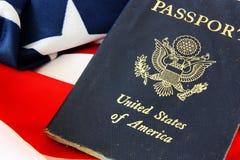 ΑΜΕΡΙΚΑΝΙΚΟ διαβατήριο στην αμερικανική σημαία στοκ φωτογραφίες