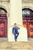 Αμερικανικός επιχειρηματίας Μεσαίωνα που εξετάζει το ρολόι έξω από τον τρύγο Στοκ Φωτογραφίες