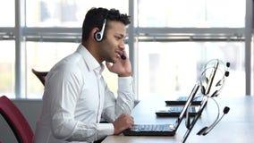 Αμερικανικός επιχειρηματίας που μιλά με τον πελάτη σε απευθείας σύνδεση
