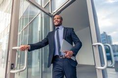 Αμερικανικός επιχειρηματίας Afro με τη συσκευή Στοκ εικόνα με δικαίωμα ελεύθερης χρήσης