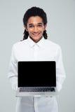 Αμερικανικός επιχειρηματίας Afro που παρουσιάζει κενό lap-top Στοκ φωτογραφία με δικαίωμα ελεύθερης χρήσης
